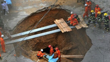 Cina enorme Sinkhole uccide 5 persone